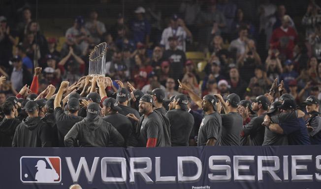 波士頓紅襪隊28日晚戰勝洛杉磯道奇隊,以總比分5:1獲得本賽季美國職業棒球大聯盟(MLB)世界大賽冠軍。美聯社