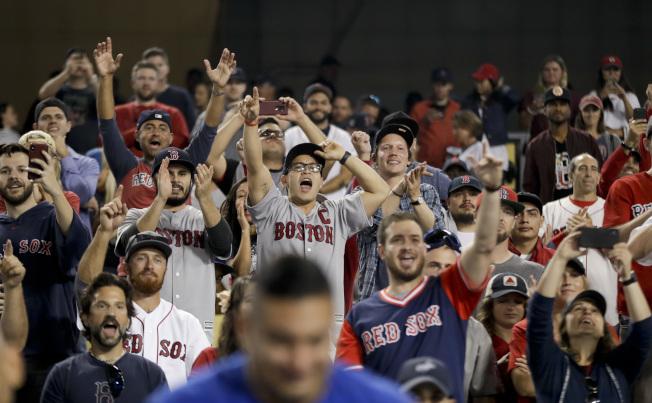 圖為紅襪隊迷們興奮的表情。美聯社