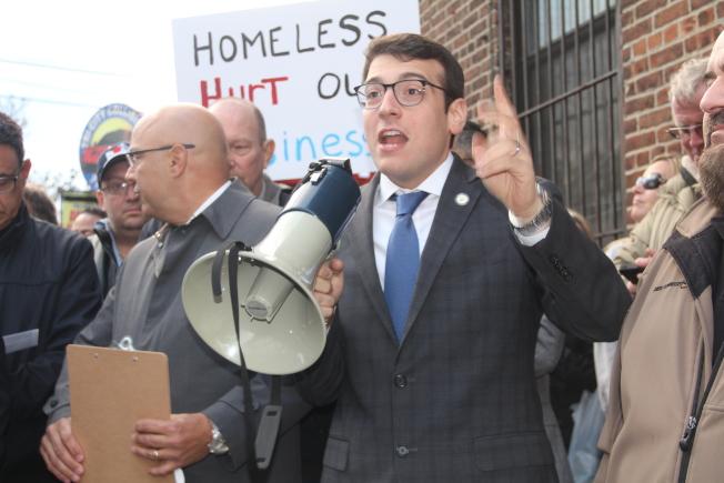 羅森塔爾參與集會大呼「大學點已經受夠了!」,反對大學點再興建遊民收容所。(記者賴蕙榆/攝影)