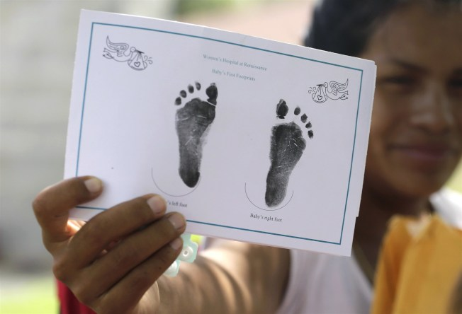 川普政府的觀光簽證(B visas)新規,國務院官員如果懷疑申請短期商務簽證、觀光的外籍人士可能意圖美國生孩子,將有權拒發簽證。(美聯社)