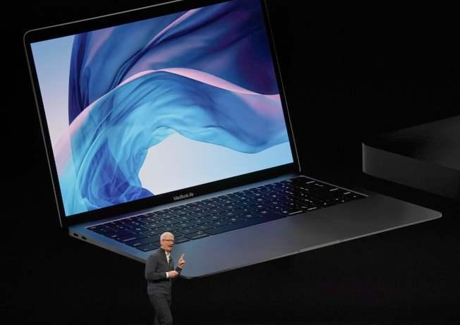 蘋果30日在紐約發表了最新款的iPad Pro系列和Mac電腦。圖為蘋果執行長庫克介紹最新款的Mac電腦。Getty Images