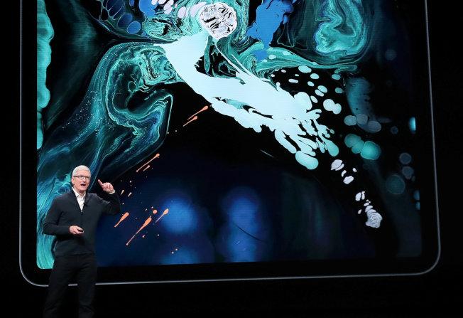 蘋果發表最新款的iPad Pro系列和Mac電腦。圖為蘋果執行長庫克介紹最新款的iPad Pro系列。(路透)