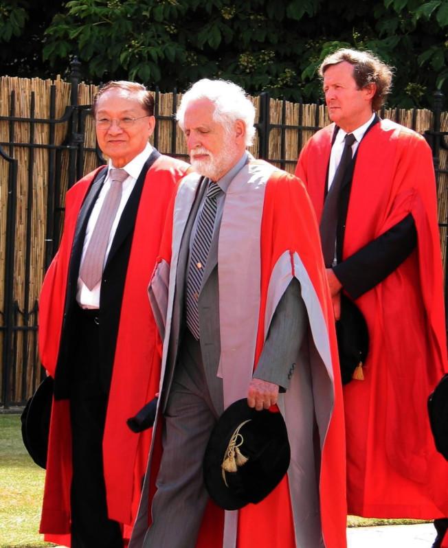 金庸(左)2005年榮獲劍橋大學榮譽博士學位。(新華社資料照片)