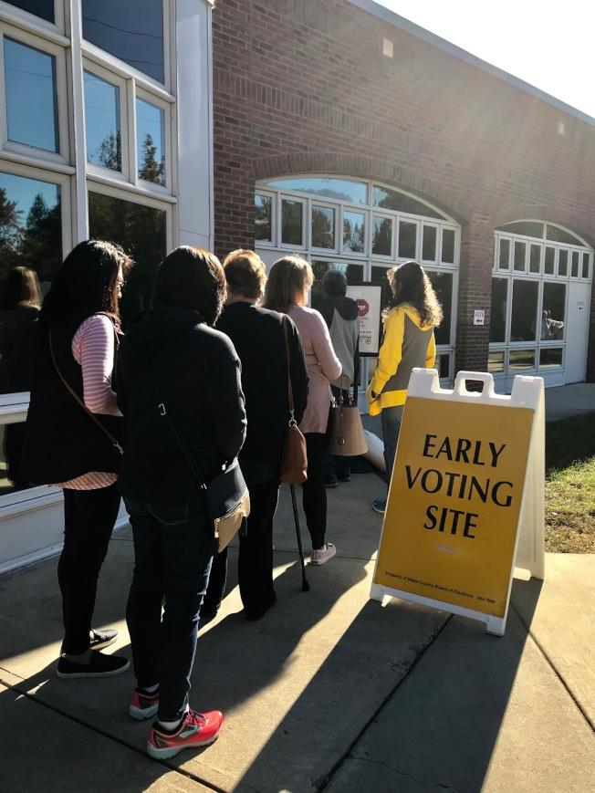 民眾前往愛佩克斯社區中心(Apex Community Center)提早投票。(記者王明心/攝影)