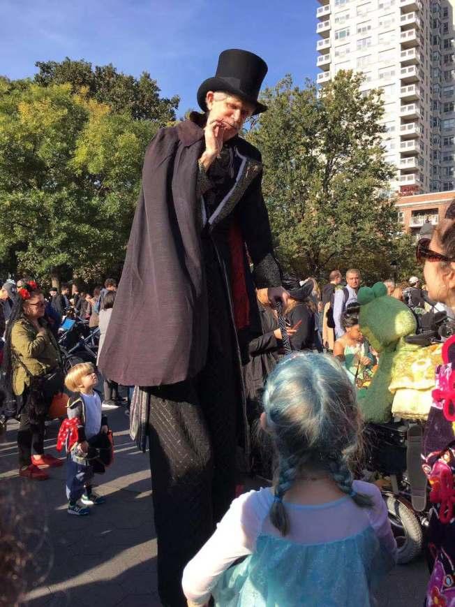 遊行現場有許多精心裝扮的工作人員與孩子互動。(記者張筠/攝影)