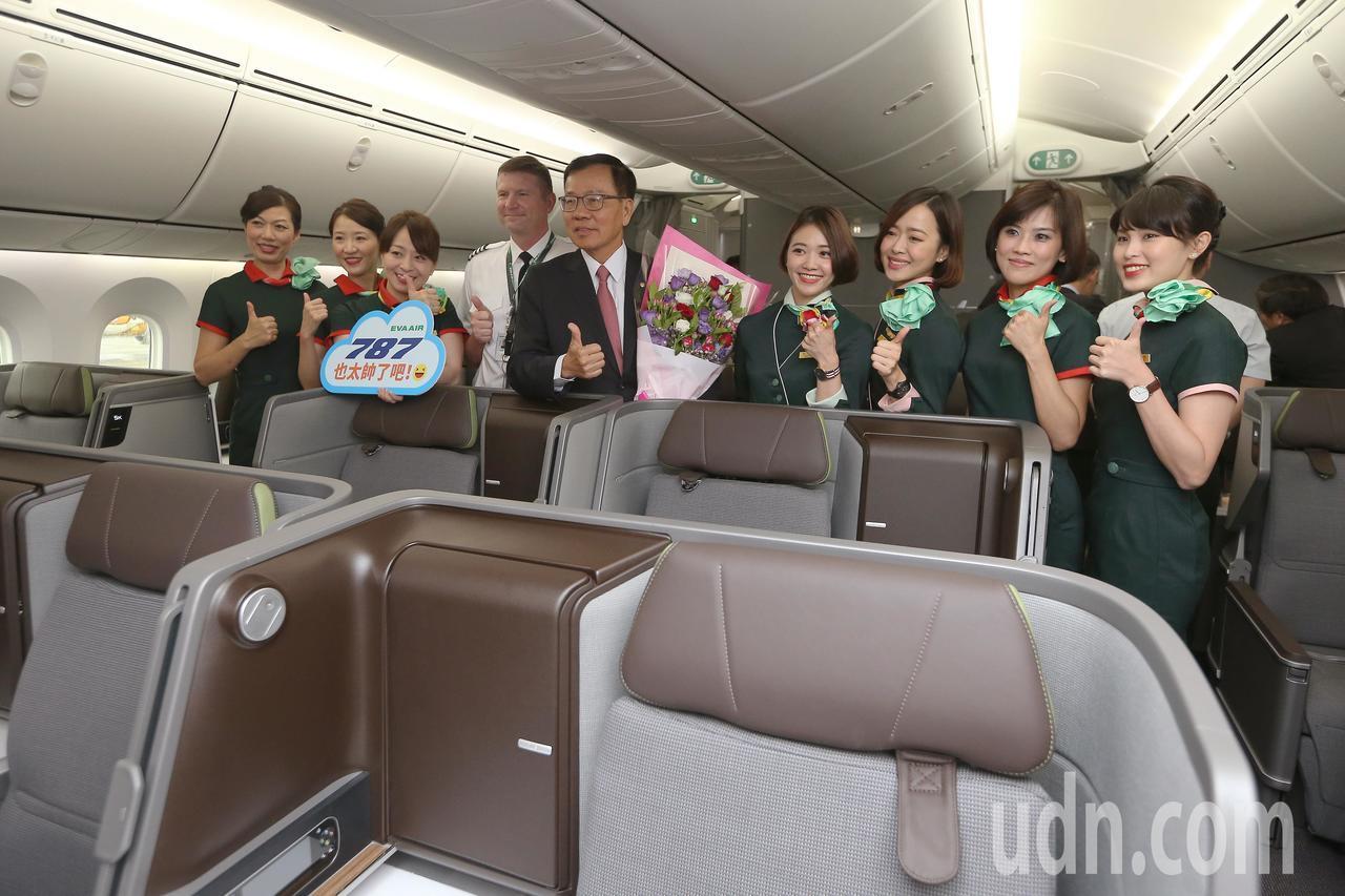 長榮航空波音787-9新機,4日下午2時由長榮航空董事長林寶水(中)帶領的工作團隊飛回桃園機場。記者陳嘉寧/攝影