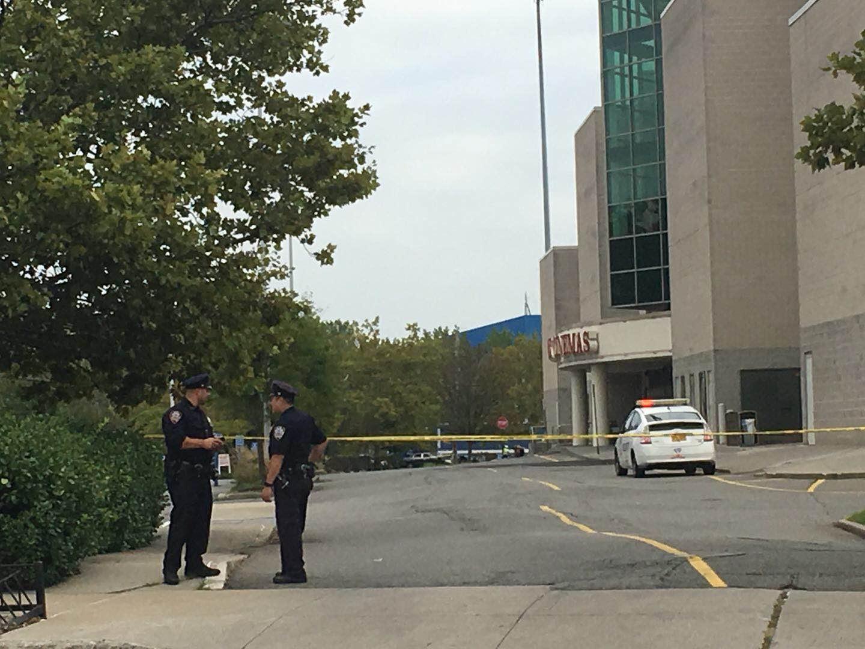 案發電影院停車場入口仍被封鎖。記者賴蕙榆/攝影