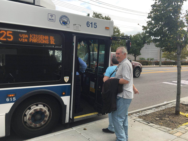 Q25公車因為封路,改在ulmer st路邊接乘客前往緬街(main street)。記者賴蕙榆/攝影
