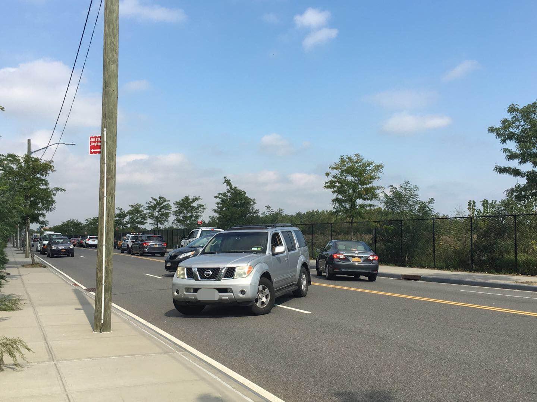 因槍擊案附近道路封堵,汽車不得不直接在雙黃線迴轉。記者賴蕙榆/攝影