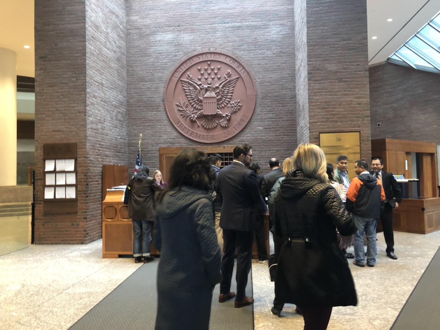 亞裔控告哈佛大學招生歧視一案,15日在波士頓聯邦法院開審。圖為關心此案的華人前來聽審。(記者劉晨懿之/攝影)