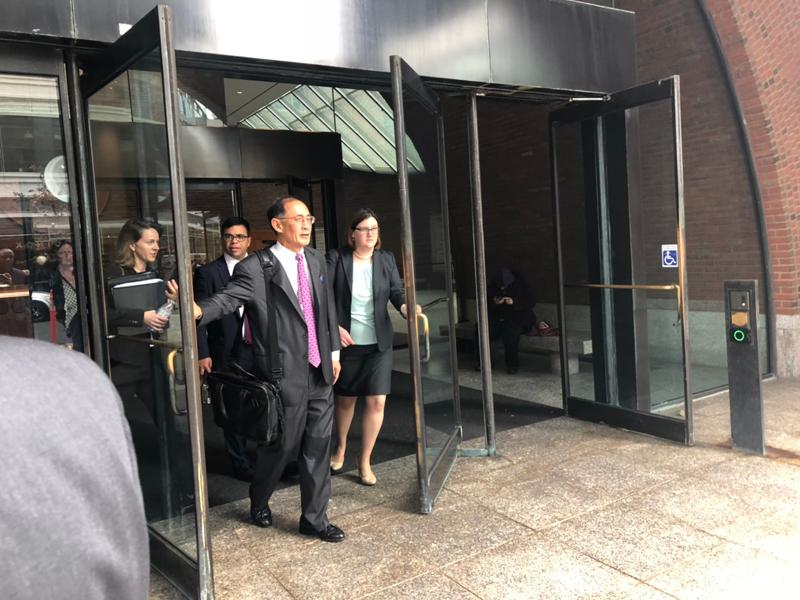 哈佛集團資深成員、哈佛方律師 William F. Lee(前,推門者)離開法庭。記者劉晨懿之/攝影