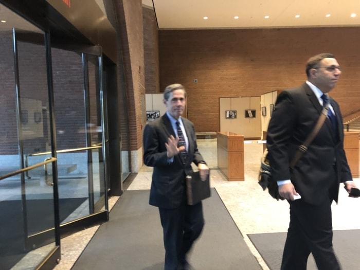 領導亞裔控訴哈佛大學招生歧視亞裔學生的SFFA主席布魯姆(後者)15日一早來到法庭,準備出庭。(記者劉晨懿之/攝影)