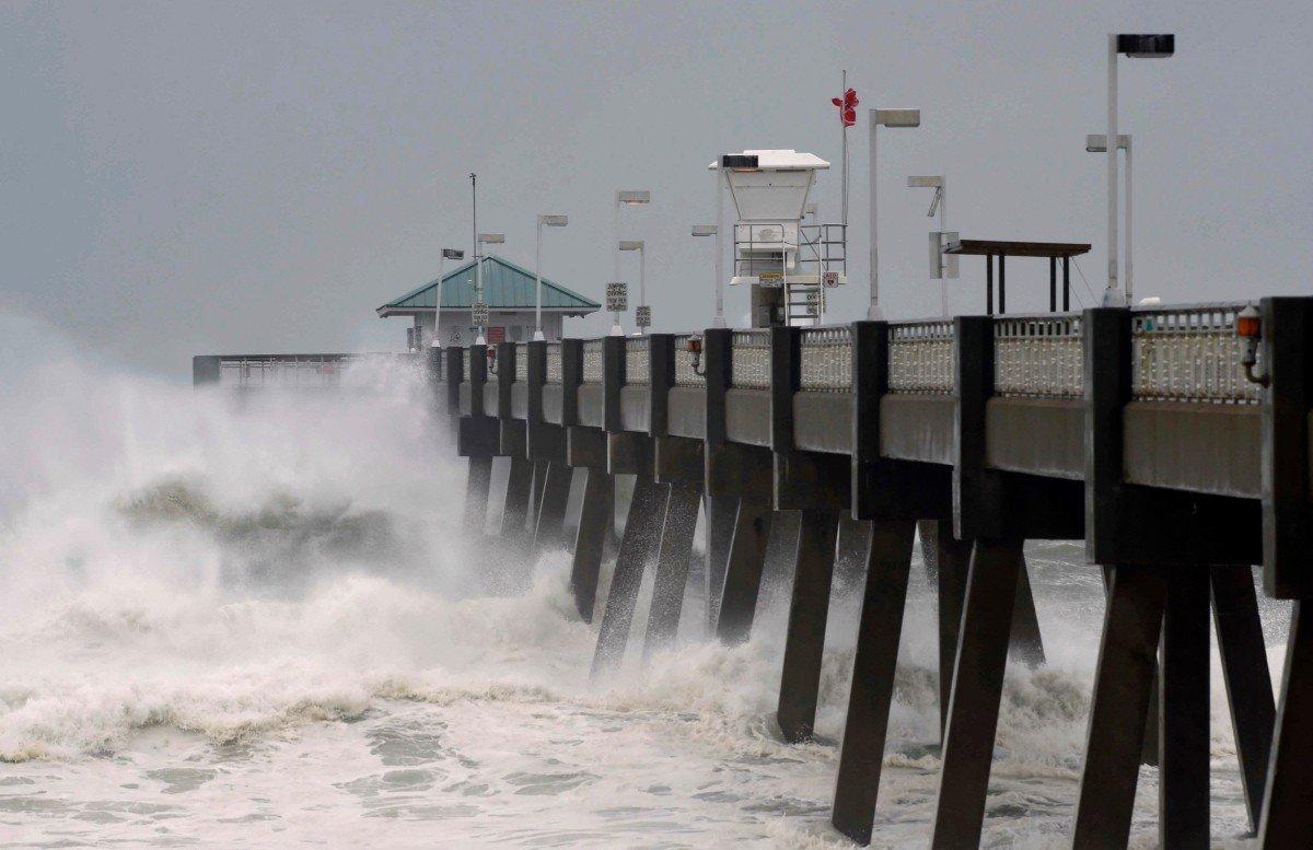 颶風麥可在佛州登陸,強大風勢掀起大浪。 美聯社