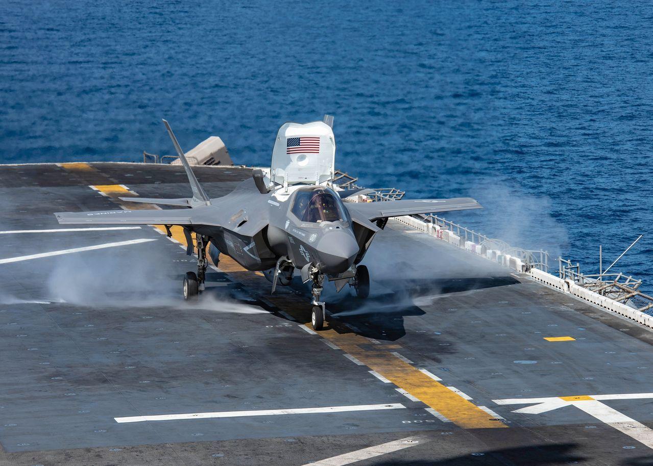 美軍宣布全面停飛F-35戰機,圖為美國海軍兩棲攻擊艦艾薩克斯號上的一架F-35B戰機。(Getty Images)
