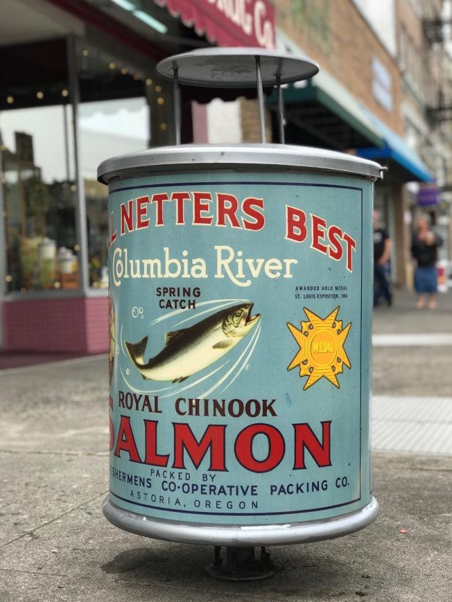 街頭擺放魚罐頭造型的垃圾桶。