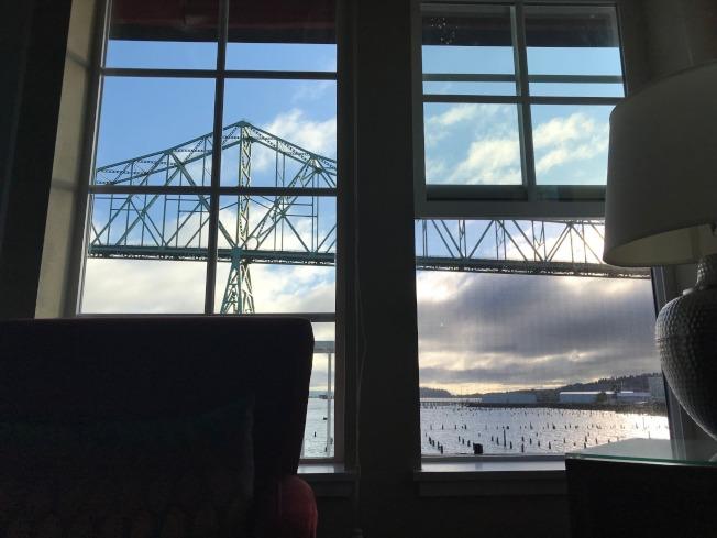 旅馆房间可欣赏河景。