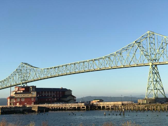 钢骨建筑跨河大桥。