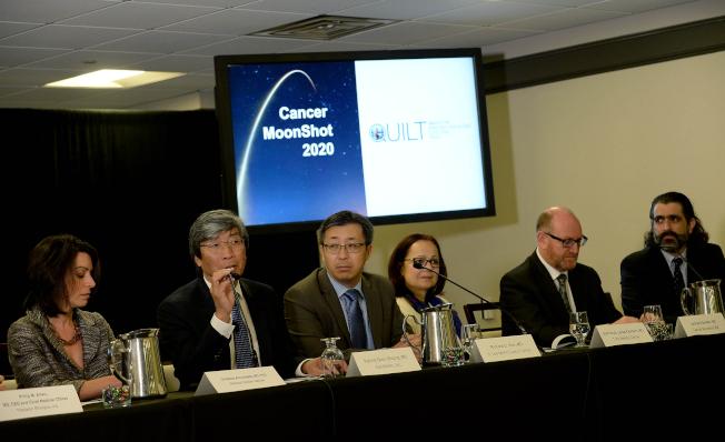 黃馨祥(左二)參加醫療會議。(Getty Images)