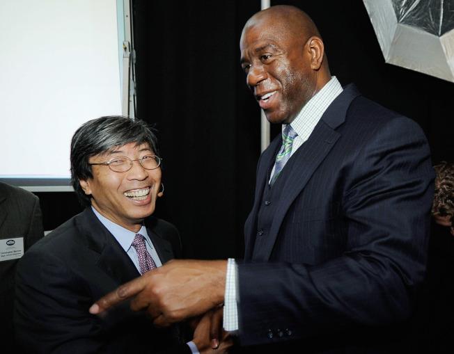 黃馨祥(左)是NBA湖人隊股東,圖為他與湖人隊的魔術強森。(Getty Images)