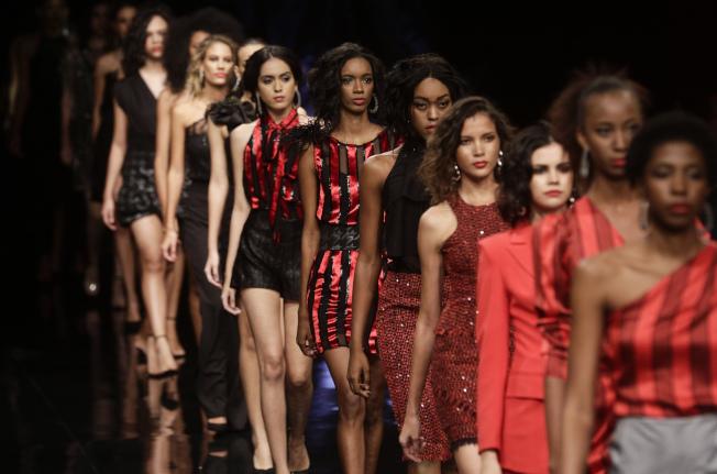 模特兒在時裝周走秀,展示新一季商品及流行趨勢。(美聯社)