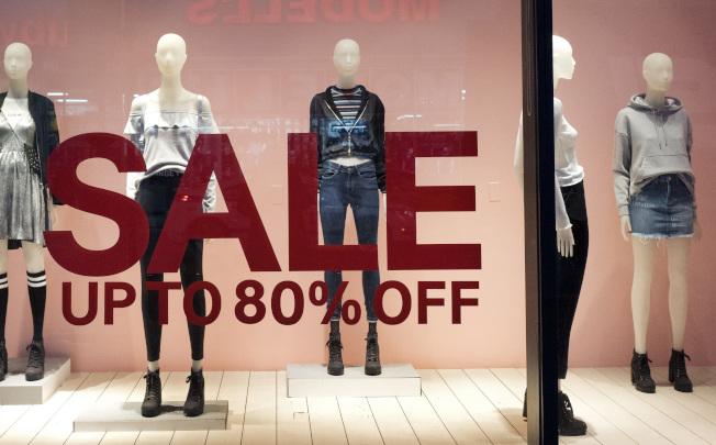 紐約一家服飾店推出折扣促銷。(美聯社)