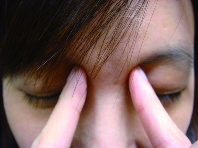 乾眼症症狀為眼睛乾澀、有異物感、灼熱感、眼部像針刺,甚至受強光刺激時,會掉淚。(本報資料照片)