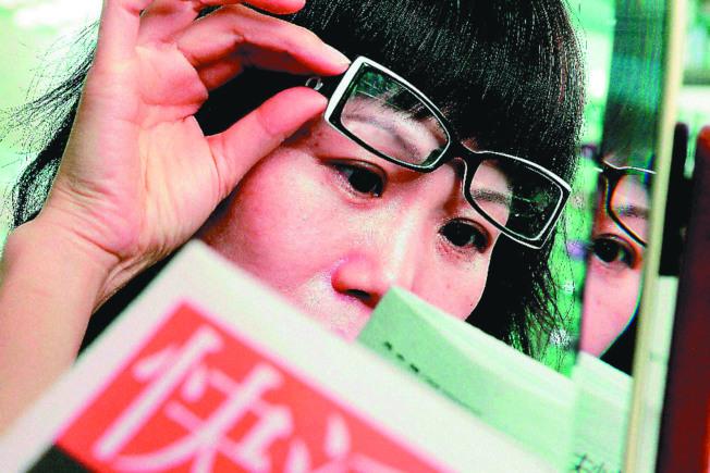 現代人用眼過度,睫狀肌退化早,老花眼常提早報到。(本報資料照片)