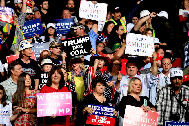 川普到西維州造勢,「紅州」選民手持支持川普標語。(路透)