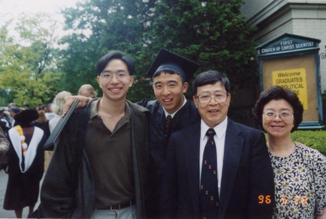 1996年楊安澤大學畢業。圖左起為哥哥欣澤、安澤、爸爸和媽媽。