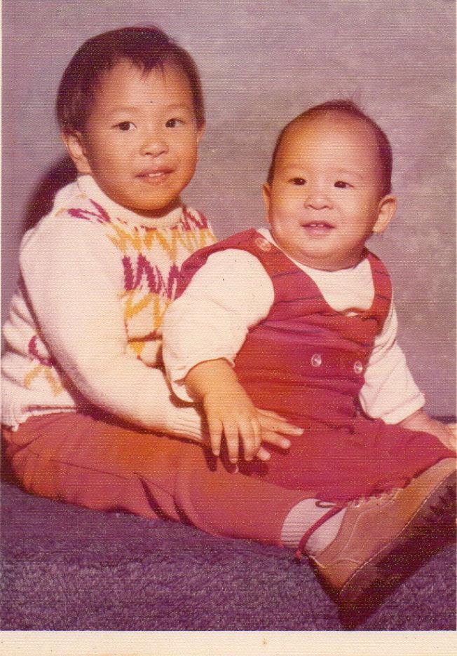 十個月大的安澤和哥哥欣澤。