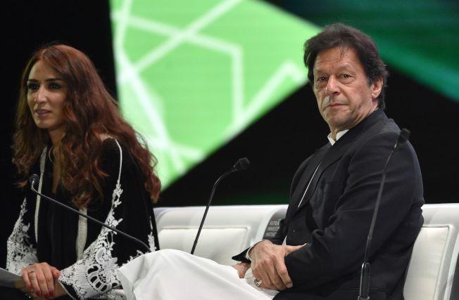 康恩(右)是巴基斯坦家喻戶曉的人物。(Getty Images)