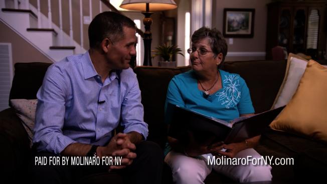 馬利納羅(左)和母親(右)。(馬利納羅競選網站視頻截圖)