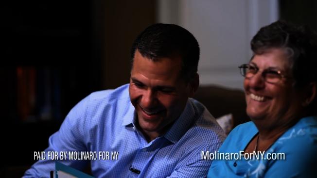 馬利納羅(左)和母親(右)開心地笑。(馬利納羅競選網站視頻截圖)