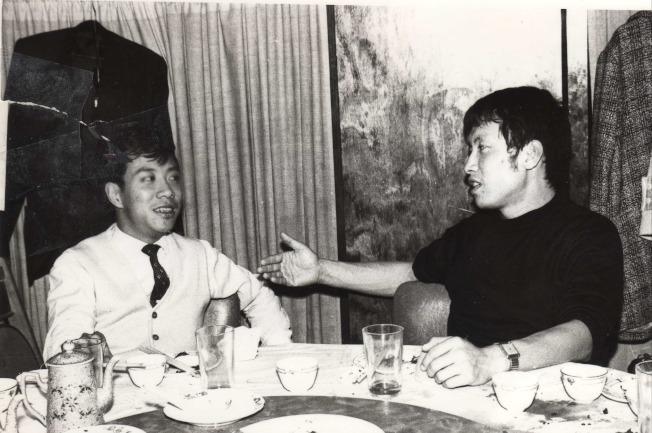 作者與摯友影視紅星岳華(右)。(圖皆為作者提供)