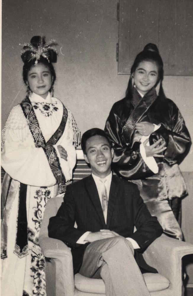 作者(坐)與著名影星鄭佩佩、江青。