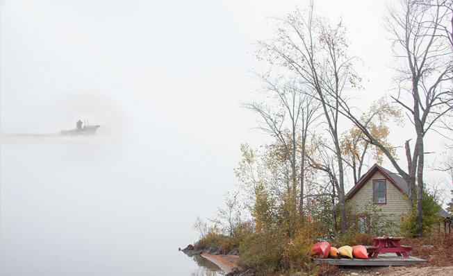 小屋的主人還在沉睡,有一艘小船划破黎明,馳向濃霧深處。