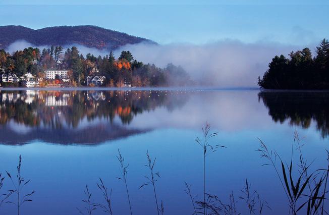鏡湖,天空和湖水是寶藍色的,雲朵是乳白色的,大山和樹葉是彩色的,無論是局部或是整個畫面都美輪美奐。
