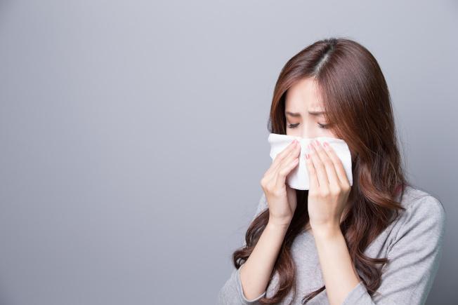 體質敏感的民眾到了秋天,有人一起床後因過敏打噴嚏、鼻涕直流。(取材自元氣周報)