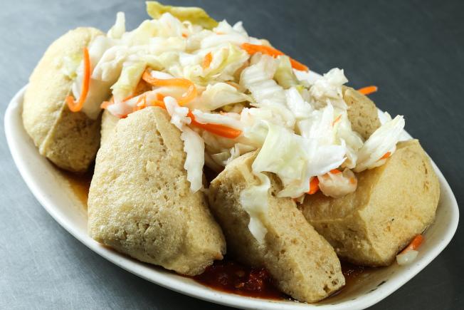 许多华人将臭豆腐视为美食,但不少外国人不敢吃。(本报资料照片)