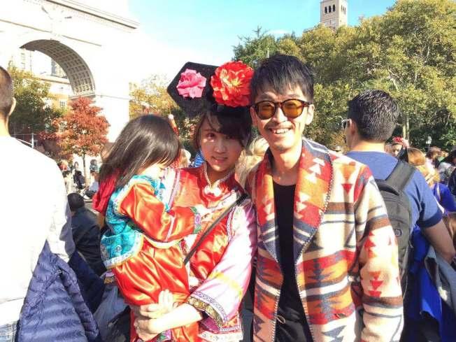 張麥琪(中)帶著女兒來紐約探望弟弟張育豪(右),一身中國服飾參加萬聖節遊行。(記者張筠/攝影)