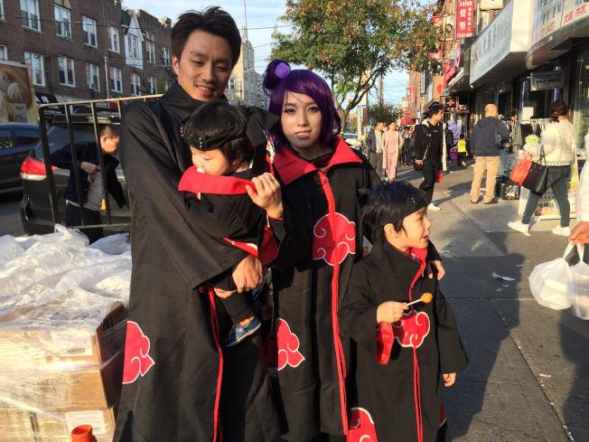 華裔一家人扮忍者上街討糖。(記者顏潔恩/攝影)