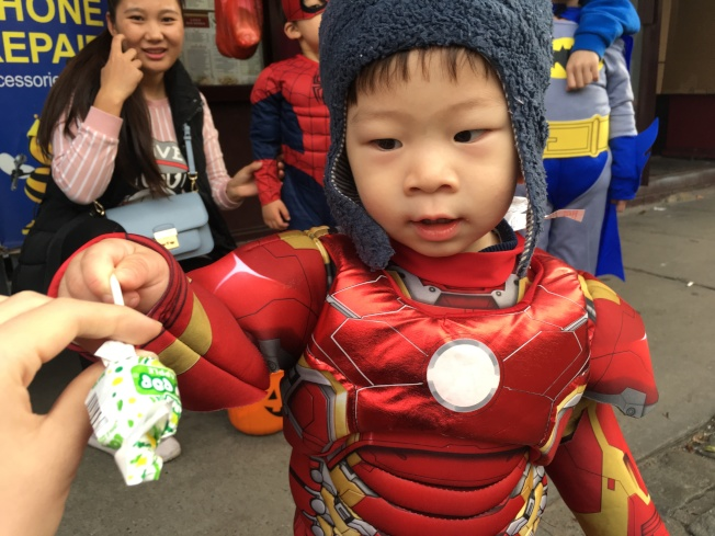 幼童多穿著布偶裝、超人裝出門參加活動。(記者賴蕙榆/攝影)