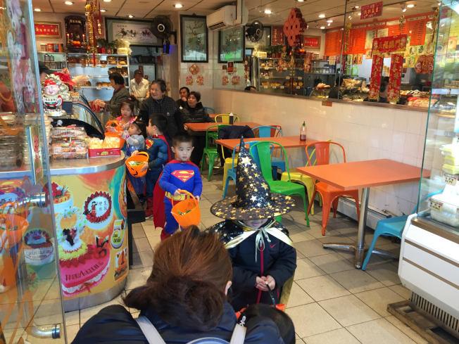 不少孩童在家長的帶領下,逐家逐戶喊著「Trick or Treat」要糖。(記者顏潔恩/攝影)