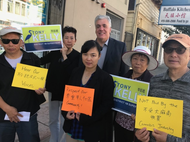 第十區市議員候選人李凱禮(後排中)與訪谷區一群華裔居民支持華埠禁大麻店法案。(記者李秀蘭/攝影)
