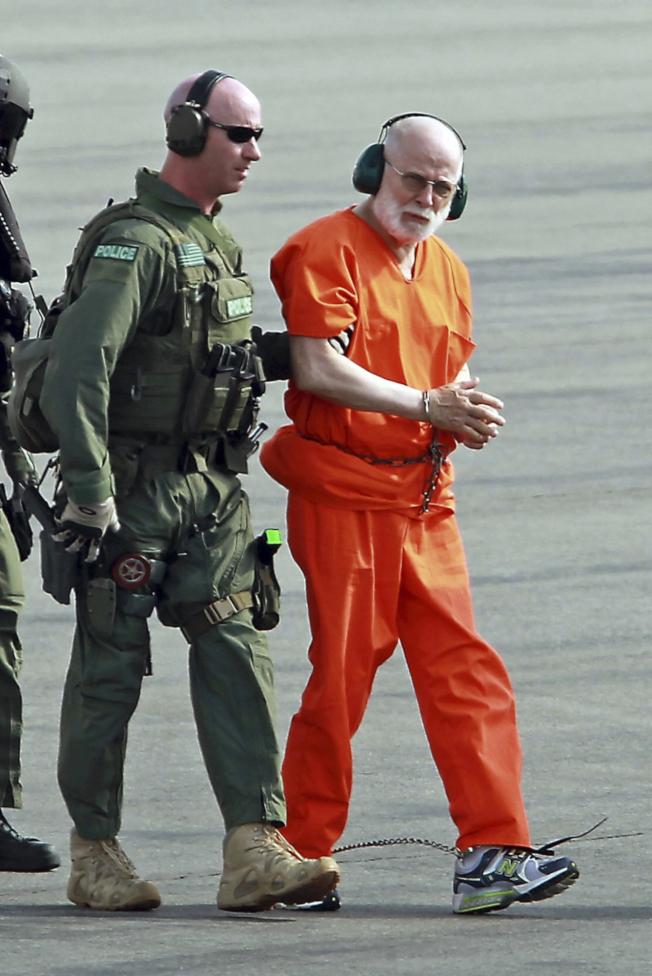 被判處無期徒刑的前波士頓黑幫頭子「白毛」巴爾杰(右),在服刑的西維州聯邦監獄中遭殺害。圖為他2011年被提訊時情景。(美聯社)