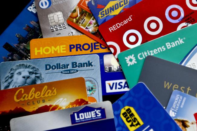 零售店的信用卡確可省錢,但也可能導致消費者累積的費用比省下的錢還多。(美聯社)
