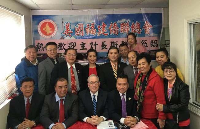 斯靜格(前排左三)表示市長白思豪(Bill de Blasio)無視華社聲音擅自決定華埠監獄選址的行為「是錯誤的」。前排左四為陳鍵榕。(記者張筠╱攝影)