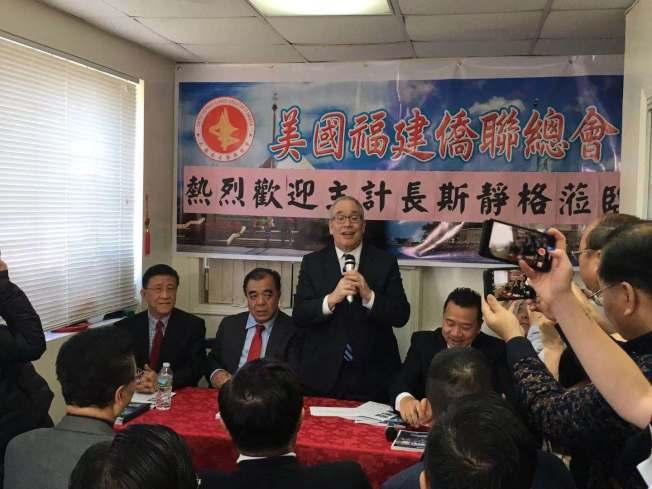 斯靜格(發言者)在特殊高中議題上也與華裔社區站在一邊,表示白思豪取消特殊高中入學測驗的行為對華裔群體非常不公平。(記者張筠/攝影)