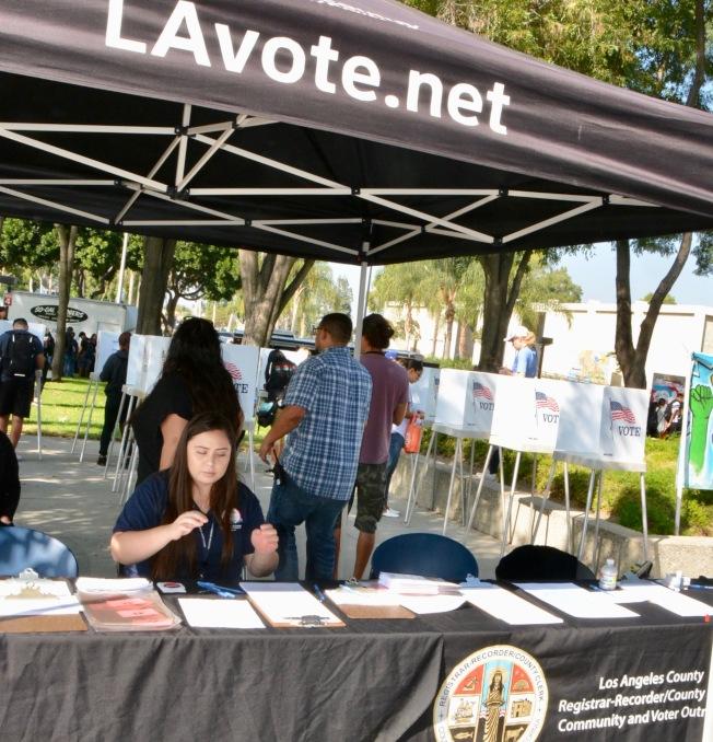 洛杉磯縣選務處為下周期中選舉設立了4165個投票所。(記者丁曙/攝影)