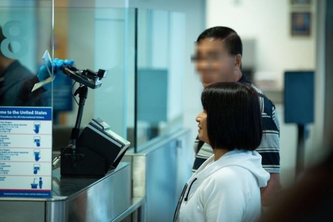 洛杉磯國際機場海關向來嚴查電子設備,被帶入小黑屋的旅客查手機機率高達80%。(CBP推特)